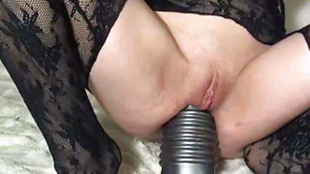 Mädchen sitzt auf kostenlose mama pornos einem Dreier